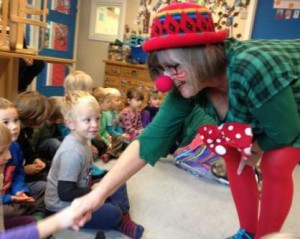 Balloni hilser på børnene