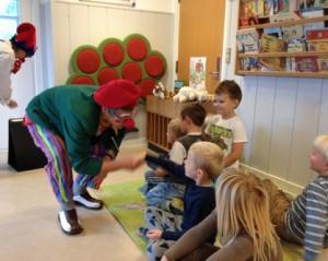 Evita hilser på børnene